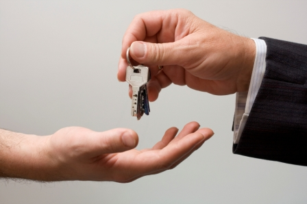 Picking up the keys of the real estate agent
